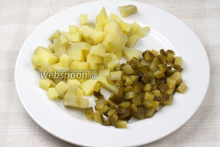 Картофель очистить и порезать кубиками. Солёные огурцы так же порезать кубиками.