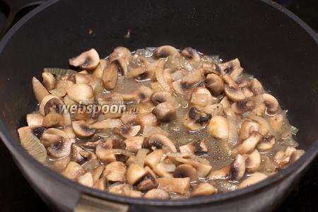 Разогреть в сковороде 2 столовые ложки растительного масла и обжарить лук с грибами 7-10 минут. Затем немного всё остудить.