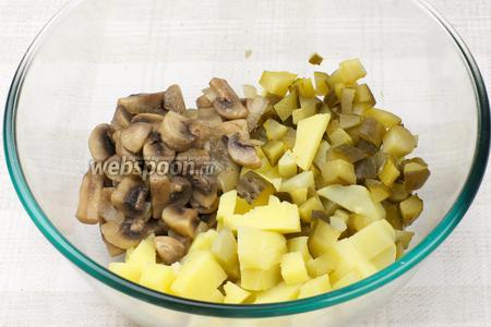 Соединить картофель, огурцы, обжаренные грибы с луком, добавить 2-3 столовые ложки подсолнечного масла.