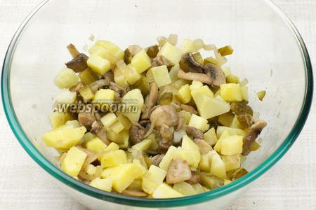Салат аккуратно перемешать, добавить соль и чёрный молотый перец по вкусу. Подавать салат можно тёплым или холодным.