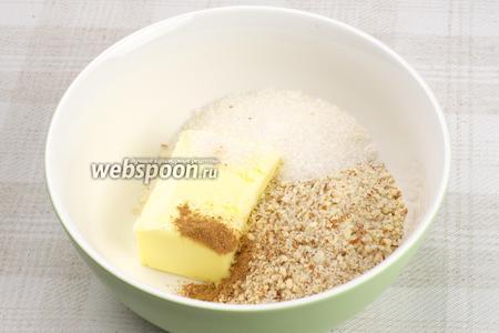 Размягчённое сливочное масло соединить с сахаром, добавить измельчённый миндаль и молотую корицу.