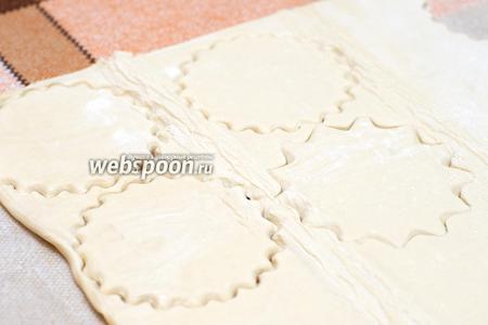 Готовое слоёное тесто подготовить в соответствии с инструкцией. А затем выдавить из него тарталетки формочкой для кексов или чашкой.