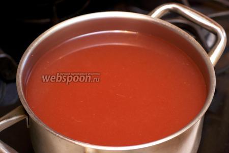 Влить крахмал, постоянно помешивая отвар, довести до кипения и снять с огня. Подавать кисель тёплым или охлаждённым.