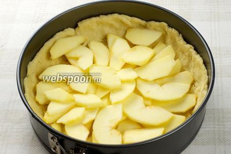Затем выложить порезанные яблоки в два слоя.