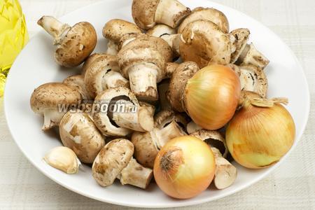 Для приготовления икры возьмём шампиньоны, 2-3 луковицы, чеснок, растительное масло и специи.