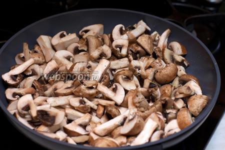 На этой же сковороде обжарить грибы, добавив щепотку соли.