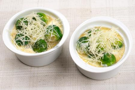 Разложить капусту с соусом по тарелкам и присыпать немного сыром.