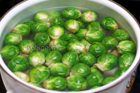 Капусту перебрать, удалив верхние листики. Опустить в кипящую подсоленную воду и варить 7-10 минут.