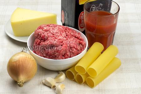 Для приготовления блюда понадобится фарш, каннеллони,  томатный сок , молоко, сливочное масло, репчатый лук и специи.