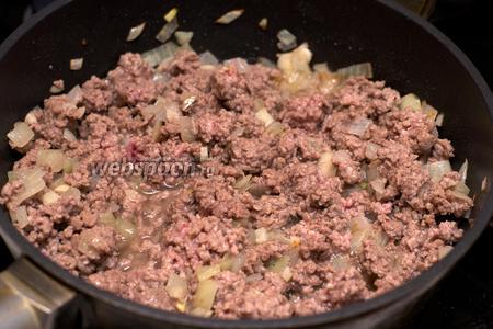 Добавить фарш и готовить 5-7 минут, помешивая.