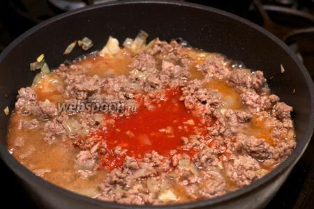 Влить  томатный сок . Готовить 10-15 минут под крышкой, а затем снять крышку и выпарить лишнюю жидкость.