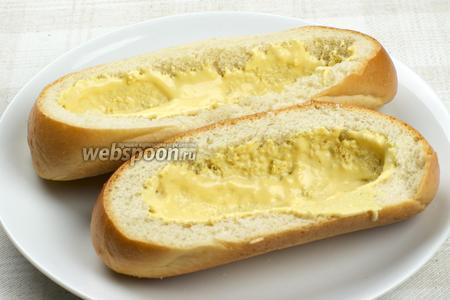 Смазать дно булочек массой из горчицы и майонеза.