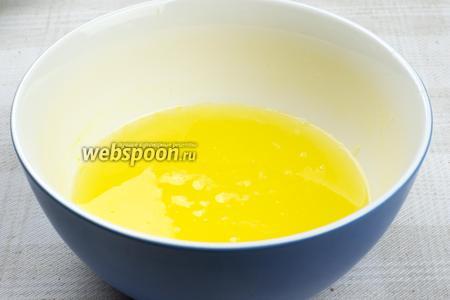 Апельсины хорошо помыть, а затем выдавить из них сок.