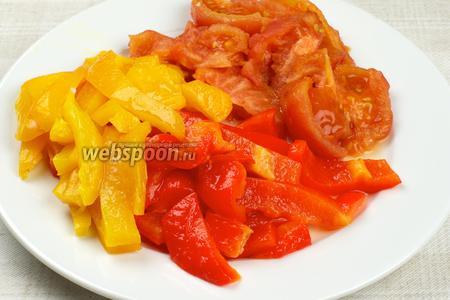 Перцы и помидоры очистить от кожицы, удалить семена из перца, и затем крупно порезать.