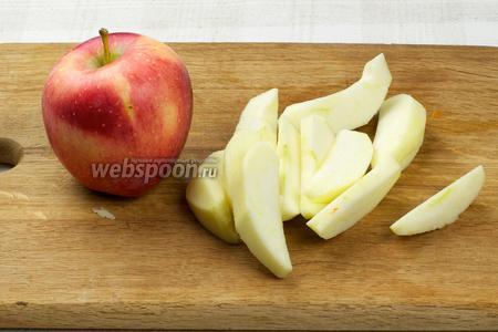 Яблоки так же очистить от кожуры и семян, а затем порезать дольками.