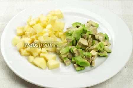Яблоко и авокадо очистить от кожуры и сердцевины, а затем порезать кубиками.