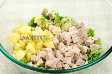 Соединить салат, яблоко, авокадо, филе и добавить оливковое масло.