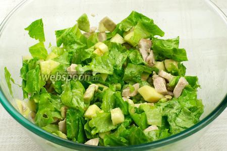 Аккуратно перемешать салат, добавить соль по вкусу.