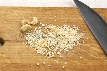 Орехи измельчить в мелкую крошку.