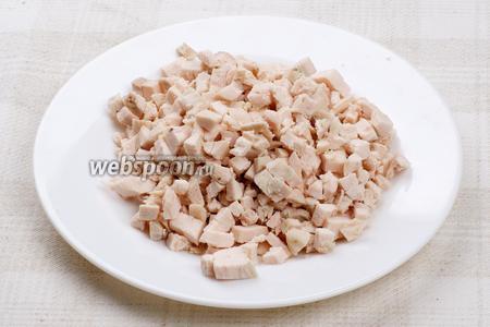 Куриное филе опустить в холодною воду, довести до кипения и варить 25-30 минут. Затем остудить и нарезать мелкими кубиками.