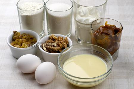 Для приготовления торта возьмём муку, сахар, сметану, сливочное масло, изюм без косточек, грецкие орехи, сгущённое молоко. Все продукты должны быть комнатной температуры.