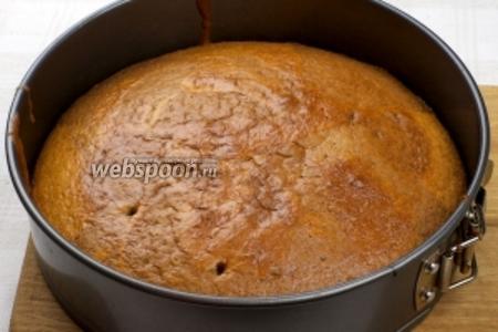 Поставить выпекаться на 20-25 минут в разогретую до 180 °С духовку (готовность проверять деревянной лучиной — из готового теста она выходит сухой).