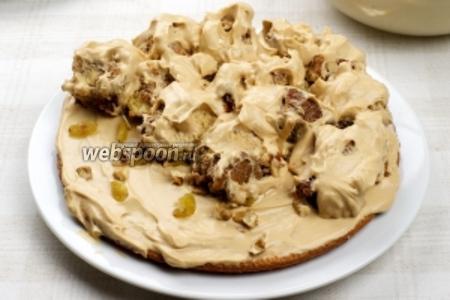 Каждый слой торта пересыпать орехами и изюмом.