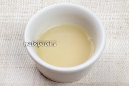 Отдельно погасить 2 ч. л. соды 2 ст. л. столового уксуса, соду хорошо перемешать.
