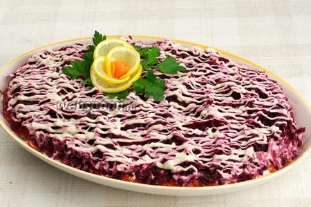 Готовый салат оставить настояться на 30-60 минут. Украсить салат можно лимоном, морковью и зеленью.