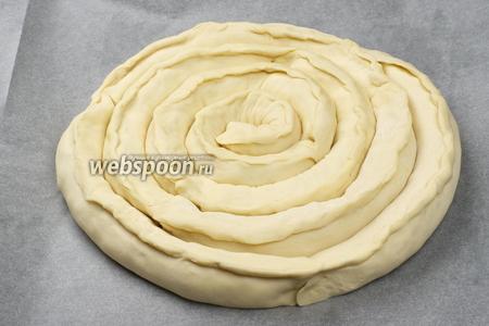 Противень застелить пергаментной бумагой, смазать её сливочным маслом, а затем из приготовленных заготовок сформировать пирог.
