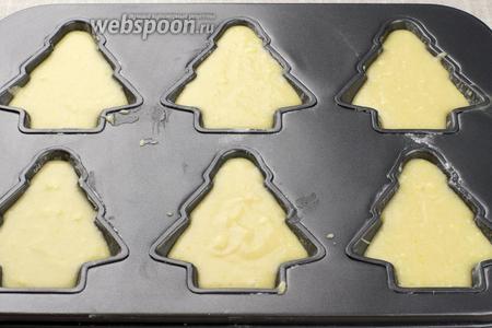 Формочки для выпекания смазать сливочным масло и присыпать мукой. Выложить тесто.