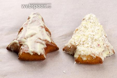 Готовые кексы аккуратно вынуть из форм, смазать растопленным белым шоколадом и присыпать кокосовой стружкой.