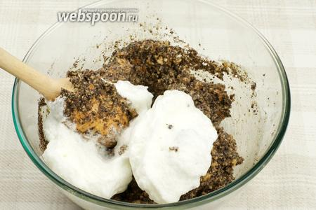 Аккуратно ввести белки в тесто, хорошо перемешивая.