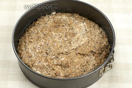 Форму смазать сливочным маслом и выложить в неё тесто.