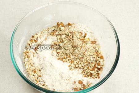 Просеиваем муку и добавляем сахар, разрыхлитель, корицу, мускатный орех и порубленный миндаль — всё тщательно перемешиваем.