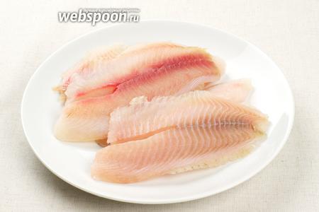 Для приготовления этого блюда можно взять любую другую белую рыбу. Нам понадобится 4-6 рыбных филе — это зависит от размера вашей сковороды, филе должны ложиться в один слой или немного находить друг на друга.   Филе надо помыть и просушить бумажным полотенцем.