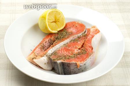 Натереть куски сёмги 2-3 столовыми ложками прованских трав, щепоткой соли и выдавить 2 столовых ложки лимонного сока.