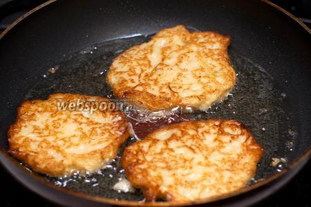 Жарим драники  на растительном масле в хорошо разогретой сковороде с двух сторон до золотистого цвета.