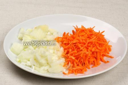 Морковку трём на крупной тёрке, а лук режем мелкими кубиками.