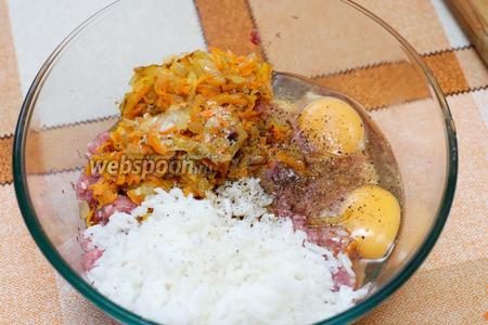 Соединяем фарш, яйца, приготовленную зажарку и рис (риса добавляем третью часть от фарша).