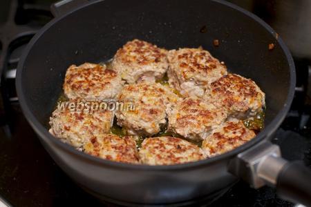 Разогреваем сковороду и обжариваем на растительном масле тефтели с двух сторон.