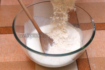 В кефир начинаем добавлять муку по половине стакана и перемешивать.