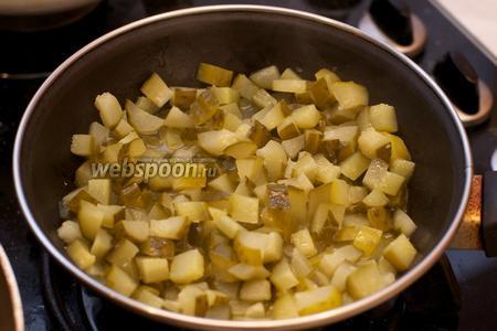 Обжарить огурцы на сливочном масле на медленном огне приблизительно 15 минут.