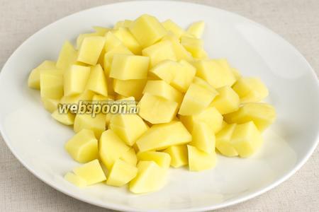 Когда бульон свариться из него надо всё вынуть (куриное мясо лучше снять с костей и вернуть в кастрюлю).  В бульон добавить промытый рис и порезанный картофель - варить 15-20 минут до готовности картофеля.