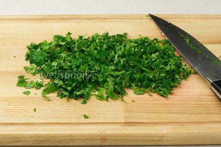 Кинзу и петрушку мелко нарубить — понадобится по 1-2 горсти каждой травы.