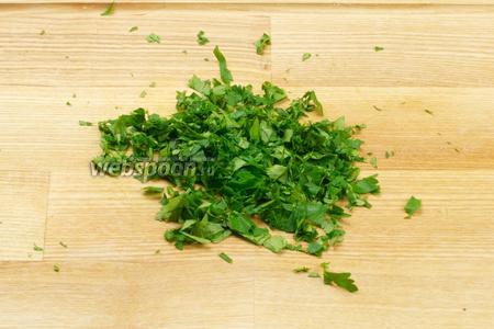 Петрушку мелко порубить, нам понадобится 1-2 горсти зелени.