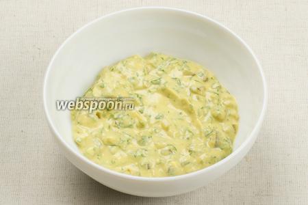 Всё тщательно перемешать, если соус получился слишком густым — добавьте немного оливкового масла.   Соус тар-тар можно использовать для заправки салатов, для этого добавьте 2-3 столовые ложки кипячёной воды, чтобы получить нужную консистенцию соуса.