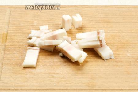 Ощистить сало от лишней соли и порезать брусочками.