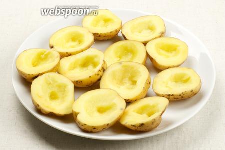 Вырезать середину у половинок картошки и смазать дно горчицей.