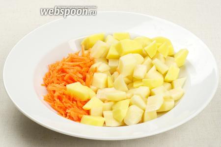 Катрофель порезать кубиками, морковь потереть на крупной тёрке.